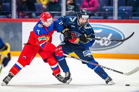 Aatu Räty treenipelissä Venäjää vastaan. Nuorempi veljeksistä on taitopelaaja, joka tarvitsee laatuminuutteja hyökkäävässä roolissa.