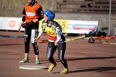 Janan riveissä vahvasti pelannut Emma Heikkilä siirtyy Mynämäen Vesan Superpesisjoukkueeseen ottelukohtaisella sopimuksella.