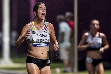 Dohan MM-kisoissa maratonit juostiin yöllä. Siitä huolimatta olot olivat tuskaisan kuumat ja kosteat. Kuvassa Belgian Hanna Vandenbussche koettaa vilvoitella matkan aikana.