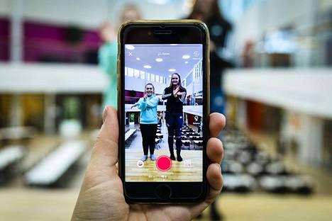 Vuoreksen koulun seiskaluokkalaiset Mandi Nummela ja Ellen Mansikka-aho tykkäävät katsella ja välillä myös kuvata tanssi- ja pelleilyvideoita TikTokissa. Toisten videoilta opittuja tansseja on hauska harjoitella kaverien kanssa esimerkiksi välitunneilla.