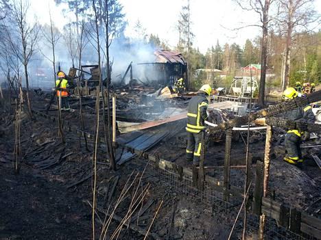 Ulkorakennus tuhoutui palossa Suonperäntiellä. Myös monenlaista tavaraa tuhoutui palon levittyä lähimaastoon.