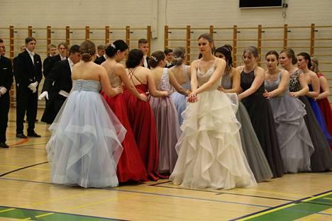 """""""Vanhojen"""" oma tanssi sai katsojilta isot aplodit Sylvään koulun salissa."""