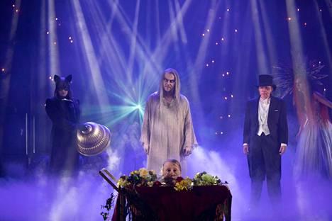 Esa Latva-Äijö on vakuuttava Saatanan roolissa Tampereen Teatterissa. Edessä tarjottimella Ritva Jalosen (Berlioz) pää!