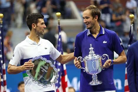 Venäjän Daniil Medvedev (oik.) voitti Yhdysvaltain avoimen kaksinpelin finaalissa Serbian Novak Djokovicin.