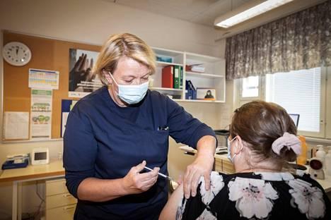 Koronarokotukset etenevät myös Pomarkun terveyskeskuksessa. Hannele Haapala pisti tiistaina rokotteita aamusta asti 5 minuutin välein. Rokotusvuorossa on Maria Hietanen.