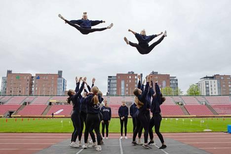 Sampolan koulun Sampo Cheer Team nostatti tunnelmaa hetki ennen kilpailujen alkua.