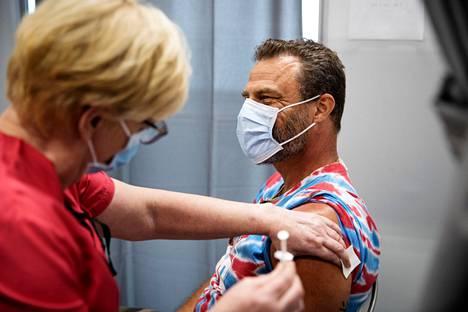 Juha-Pekka Huhtanen kävi ottamassa rokotteen toukokuussa Ratinan rokotuspisteellä. Rokotteen antoi sairaanhoitaja Eila Mäkelä.
