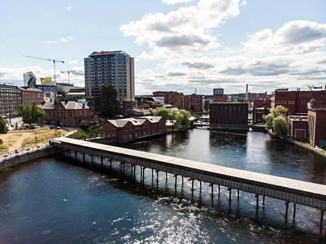 Tammerkoski tyhjennetään ensi viikon alussa, koska Tampereen sähkölaitos tekee voimalaitoksilla kunnostustöitä ja Tampereen kaupunki purkaa väliaikaisen sillan viimeiset rippeet. Tältä silta näytti vielä heinäkuussa.