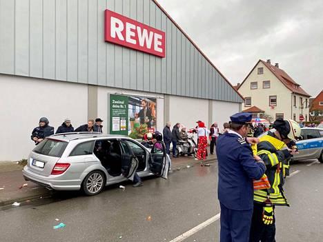 Ainakin 30 ihmistä loukkaantui, kun mies ajoi kuvan hopeisella Mercedes Benzillä väkijoukkoon.
