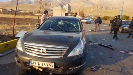 Iranin valtiontelevision julkaisema kuva paikasta, jossa ydintutkija Mohsen Fakhrizadeh tapettiin väijytyksessä Damavandissa Teheranin pohjoispuolella.
