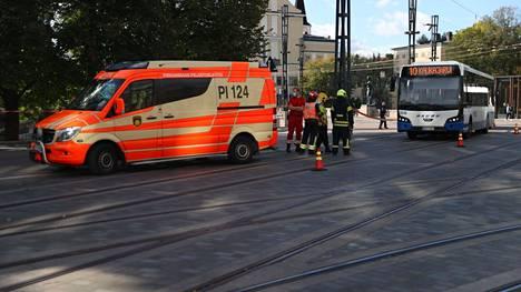 Sähköpotkulautailija ja bussi kolaroivat tiistaina iltapäivällä. Potkulautailija joutui ensiapuun. Poliisin tietojen mukaan vakavilta vammoilta säästyttiin.