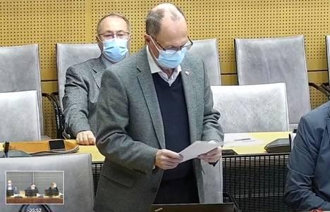 Mikko Rönnholm kritisoi maanantain valtuustossa kaupunginhallituksen halua ohittaa valtuusto kaupunginjohtajan viran aukijulistamisessa.