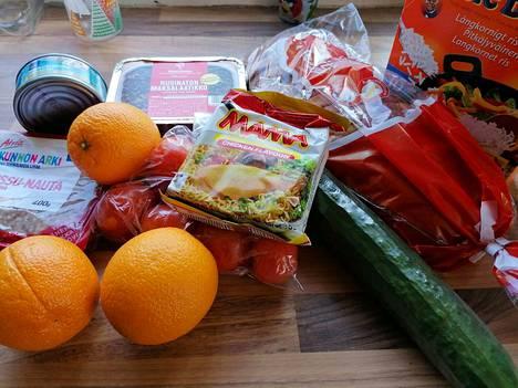 Huhtikuun alussa ruokakassin sisältö näytti tältä. Mukana oli tonnikalapurkki, riisipaketti, nuudelipussi, maksalaatikko, jauhelihapaketti, tuoretta leipää, tomaatteja, appelsiineja ja kurkku.