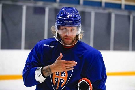 Tämännäköinen kaveri on ruotsalaispuolustaja Alexander Ytterell. Hän on pelannut Ruotsin pääsarjaa SHL:ää Leksandin ja HV71:n väreissä.