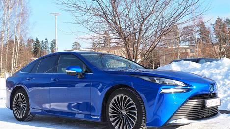 Toyota Mirai on linjakas viisipaikkainen sähköauto, jonka polttokenno tuottaa 128 kW:n ja sähkömoottori 134 kW:n tehon. Huippuvääntö on 300 newtonmetriä.