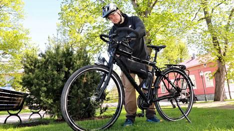 Vakaan Tunturi-polkupyörän päältä Anton Hill lähettää suoraa elävää kuvaa koko saariston rengastien parisataa kilometriä kesäkuun 17. päivä.