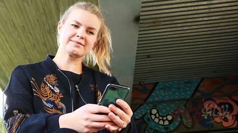 Maria Törhönen käsittelee väitöskirjassaan tubettamista ja striimausta, nykyajan digiammatteja, joissa huvin ja työn rajat sekoittuvat. Tutkija tietää, että pelkästään rahan tai maineen motivoimana urasta ei välttämättä tule tubettajana tai striimaajana kovin pitkäkestoinen.