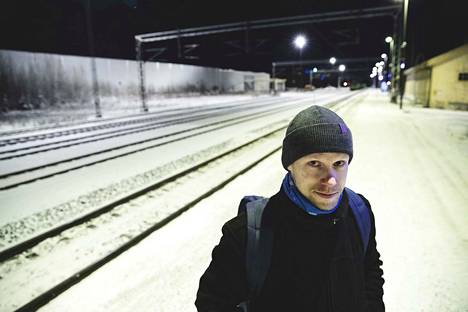 Nokialainen Tapio Jaakkola käy Tampereella töissä junalla viisi kertaa viikossa. Maanantain paluujuna oli kaksi tuntia myöhässä, mutta muuten Jaakkola oli tyytyväinen jo nykyisiinkin aikatauluihin.