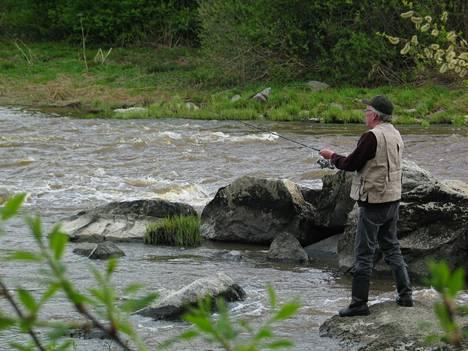 Kalastonhoitomaksu tulee kalastuslain mukaan maksaa, jos kalastaja on 18–64-vuotias ja kalastaa muuten kuin pilkkimällä, onkimalla tai litkaamalla silakkaa yhdellä vavalla.