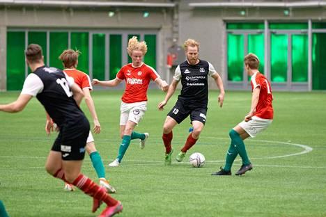 Ilves-Kissat kohtasi TPV:n Kakkosen cupin ottelussa 30. tammikuuta. Ilves-Kissojen Ville Puustinen (13) piti palloa TPV:n painostaessa.