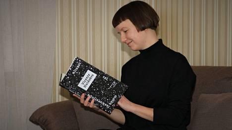 Emmi Ketosen suomentama runoelmateos Atazor julkaistiin viime syksynä. Kulttuuriteoksi luokiteltava käännöstyö oli Ketosen esikoinen.