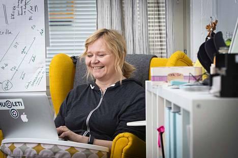 Pienyrittäjä Carita Savinin yrityksessä työskentelee 4–5 ihmistä. Hän uskoo, että lainmuutos madaltaa pienten yrittäjien kynnystä palkata työntekijöitä.