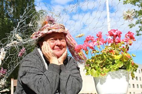 Tuija Servo askarteli itselleen keväällä grillijuhlia varten koronaetäisyyksien pitämistä helpottavan hatun. Se päällä voisi mennä myös terassille istuskelemaan, mutta Servon tytär ja ystävät ovat toppuutelleet. –Saatanpa silti vielä mennäkin,  Servo sanoo.