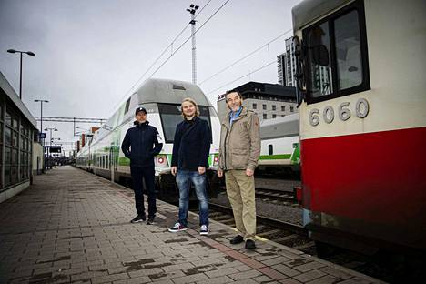 Raideasiantuntijat Janne Wahlroos (vas.), Sakari Kestinen ja Antero Alku seisovat Tampereen rautatieaseman viitoslaiturilla, jossa 14. lokakuuta noin kello 11 kaksi junaa odotti lähtöä eri suuntiin.