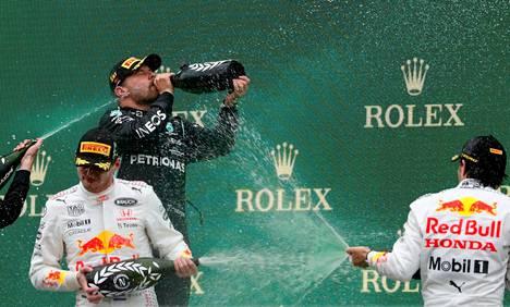 Valtteri Bottas voitti Turkissa. Red Bullin Max Verstappen (vasemmalla edessä) ja Sergio Perez (oik.) täydensivät kärkikolmikon.