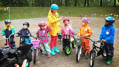 Leikkiminen on hauska tapa oppia hyväksi pyöräilijäksi. Marin kanssa lapset oppivat pyöränkäsittelytaitoja, kuten tasapainon pitämistä, jarruttamista, väistämistä ja yleisesti pyörän hallintaa. Pyöräillään oli aikuisen katsojan suosikki kolmesta uudesta Pikku Kakkosen sarjasta.