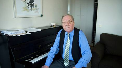 Risto Hiltunen pahoitteli, että soitin on vähän epävireessä, kun hän istui kotonaan pianon ääreen ja tapaili televisiosta tuttuja nuotteja.