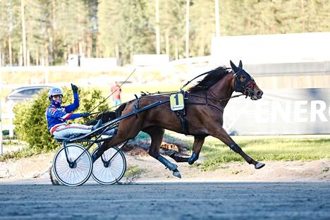 Olli Koivunen tuuletti iloisesti Smurfriinan rattailla tamman toista peräkkäistä voittoa Teivossa.