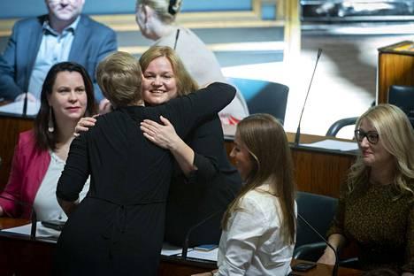 Krista Kiuru (sd) on nimitetty perhe- ja peruspalveluministeriksi. Kuva torstailta eduskunnasta pääministeriäänestyksen jälkeen.