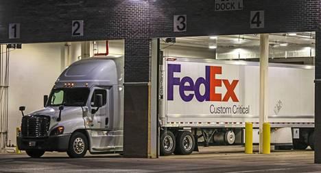 FedExin kylmäkuljetusrekkaa lastattiin Pfizerin lääketehtaalla Michiganin Portagessa sunnuntaina. Ensimmäiset rokotteet oli määrä antaa amerikkalaisille jo maanantaina.