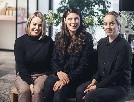 Viona Blu lanseeraa ennen joulua uuden laukun, joka on toteutettu yhteistyössä stylisti-malli Maryam Razavin (keskellä) kanssa. Vasemmalla Sirpa Aminoff ja oikealla Sari Mäkinen.