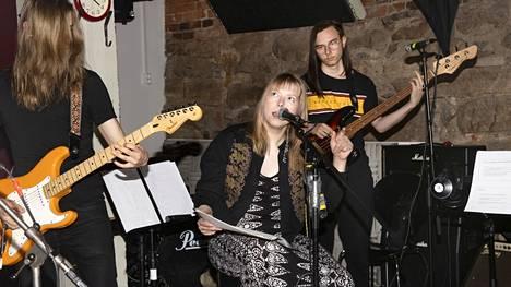 """Santeri Peltomäki (vasemmalla), Sini Sandman ja Niko Hartman testasivat Anniksella melodiaa yhteisbiisin """"Onnellisten maa"""" kertosäkeeseen."""
