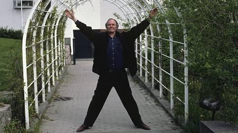 Kristian Gullichsen siunattiin huhtikuussa lähiomaisten läsnäollessa Kauniaisten kirkossa, itselleen tärkeimmässä rakennuksessaan. Kuvassa Gullichsen vuonna 2012 Kauniaisten kirkon edustalla.