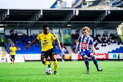 Luis Murillo (vasemmalla) viilettää ensi kaudella HJK:n sinivalkoisessa peliasussa.
