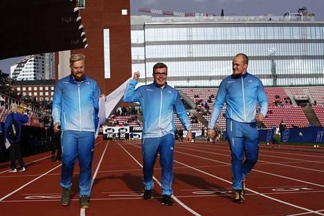 Henri Liipola (vas.), Aaron Kangas ja Aleksi Jaakkola kunniakierroksella kolmoisvoiton jälkeen.