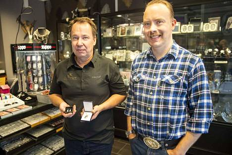 Caj Tallberg ja Jukka Leikko ottavat tuotevalikoimiinsa ketjuliikkeistä eroavia tuotteita ja suunnittelevat yksilöllisiä koruja asiakkaidensa toiveiden mukaan.
