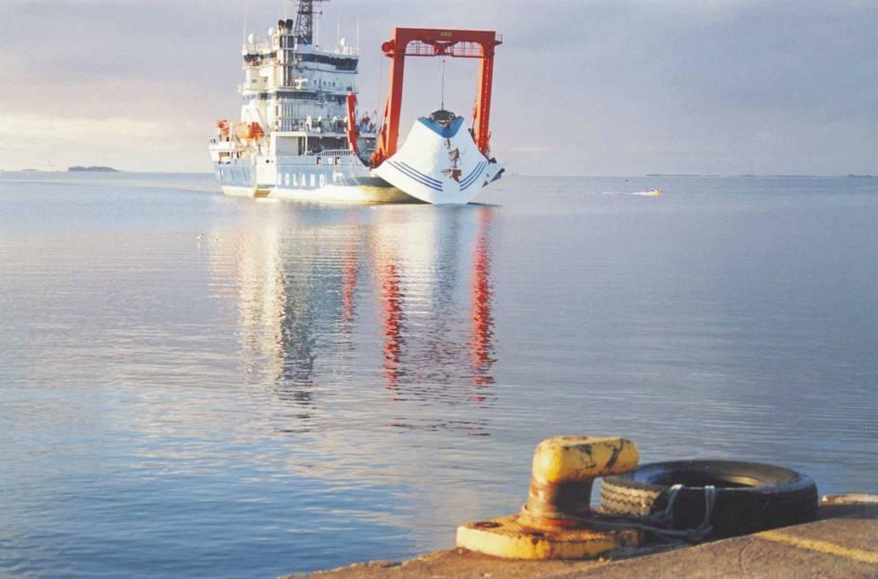 Matkustaja-alus Estonian keulaviisiri nostettiin, mutta hylky makaa yhä merenpohjassa.
