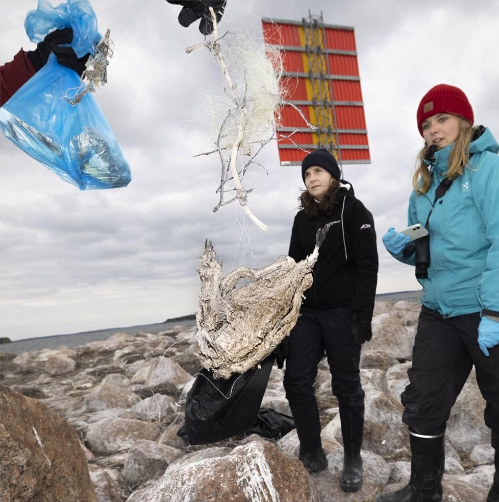 Anni Jylhä-Vuorio ja Pinja Näkki ihmettelevät pesässä oksien seassa olleeseen verkkoon sotkeutunutta merimetsonpoikasta.