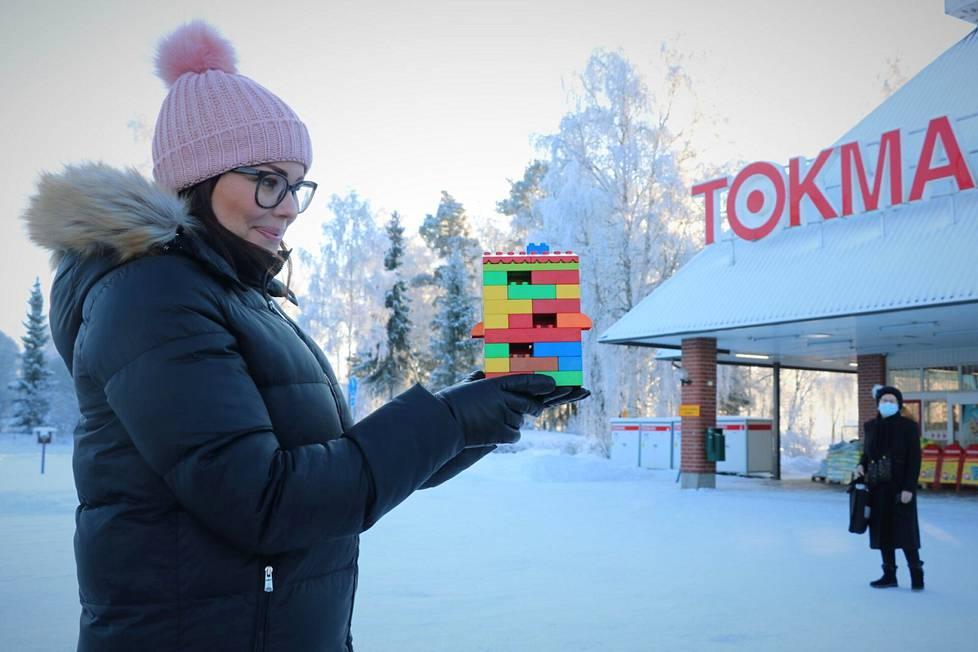 Asunto-osuuskunta Teljän senioritalo sijoittuisi liikekeskuksesta katsottuna Tokmannin taakse Haapionkadun toiselle puolelle suurin piirtein legotalon osoittamaan kohtaan, Minna Kylä-Setälä näyttää.