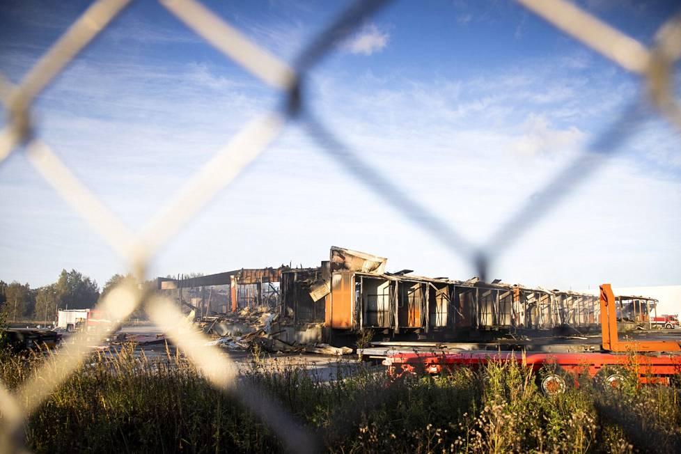 Porin Helmentiellä sijaitseva terminaali paloi yöllä maan tasalle.