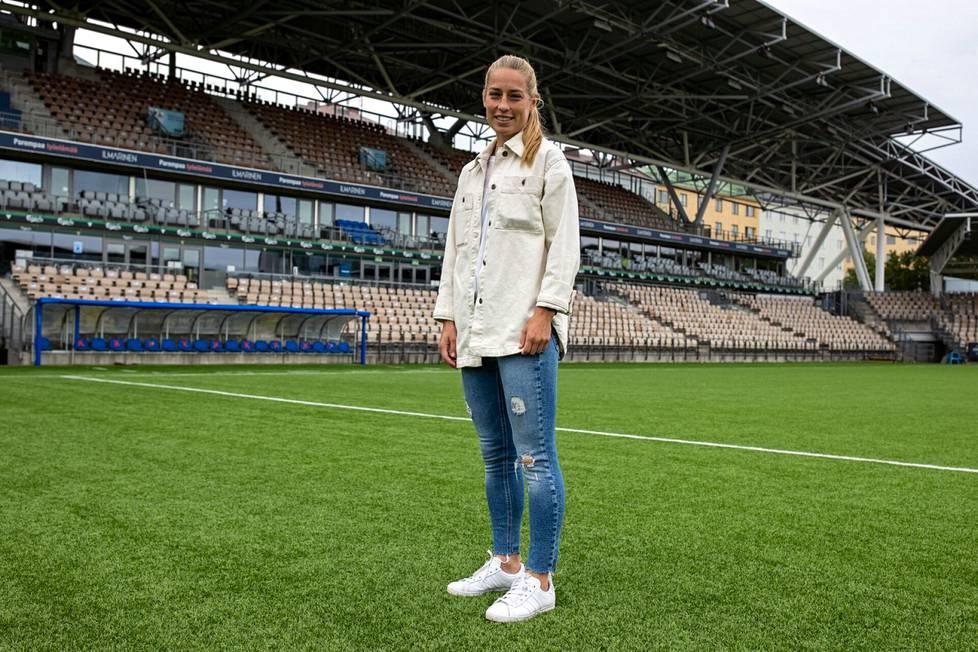 Linda Sällström, 33, on HJK:n tähti ja kaikkien aikojen maalitykki jalkapallon Suomen A-maajoukkueissa. Sällströmin nykyinen työpaikka on Bolt-areena Töölössä.