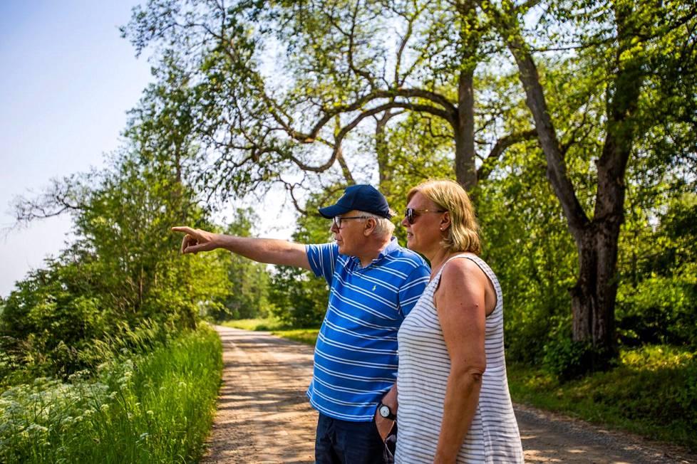 Hiekkatie vie perille. Haukilan kartanon isäntäväki Axel ja Benita Holmberg esittelevät tilan maita Valkeakosken Uskilassa.