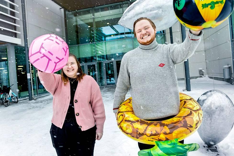 Keväällä valmistuvat restonomit Kiia Mäkinen ja Joakim Heinonen odottavat jo aikaa, jolloin pandemia on saatu kuriin ja matkailuala pääsee taas vauhtiin.