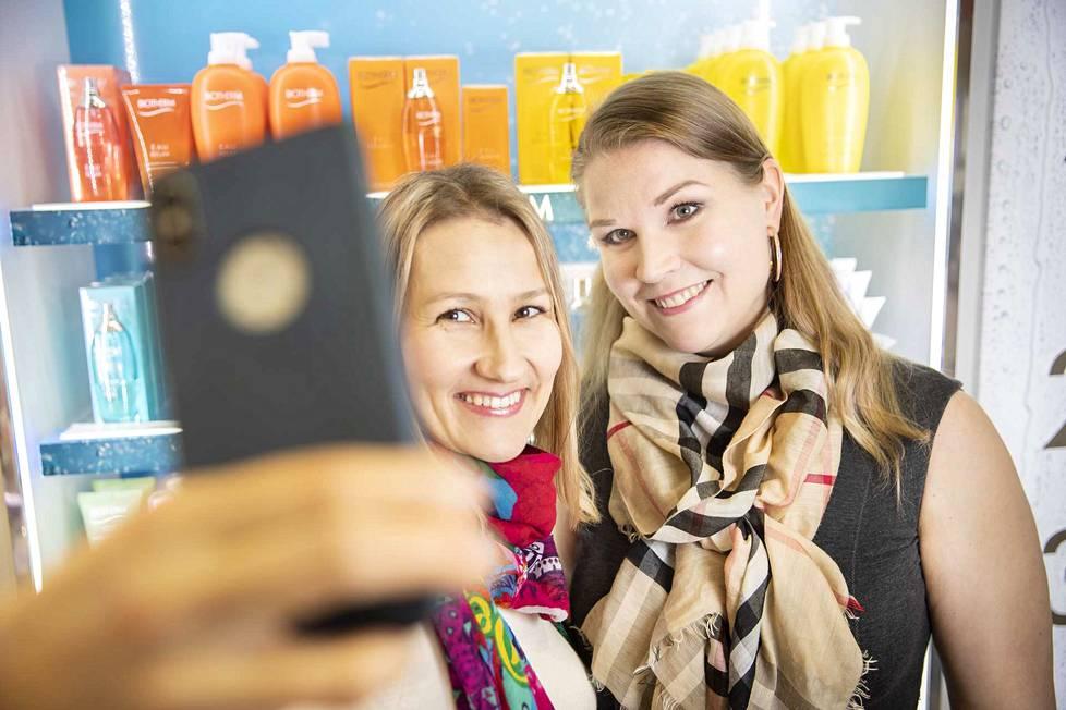 Katariina ja Piritta suosittelevat päivän piristykseksi kauneusshoppailua. Talvi-ihon kirkastajat ja heleyttäjät sekä monet muut hemmottelutuotteet löytyvät Emotionista ja Sokoksen kosmetiikkaosastolta.