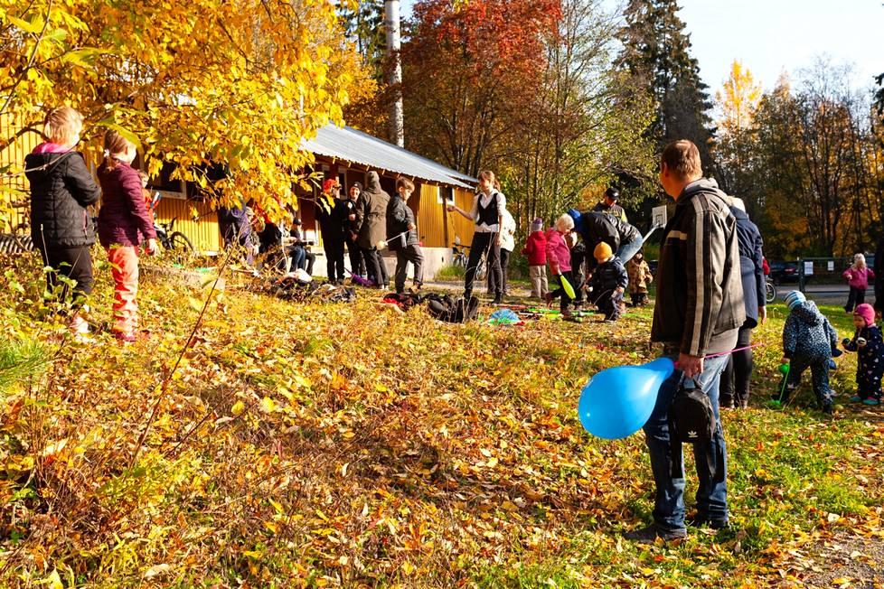 Mannerheimin Lastensuojeluliiton Siuron-Linnavuoren yhdistys juhli sunnuntaina MLL:n 100-vuotista taivalta. Gaija Cirkus esitteli sirkustemppuja ja -välineitä Siuron urheilukentällä.