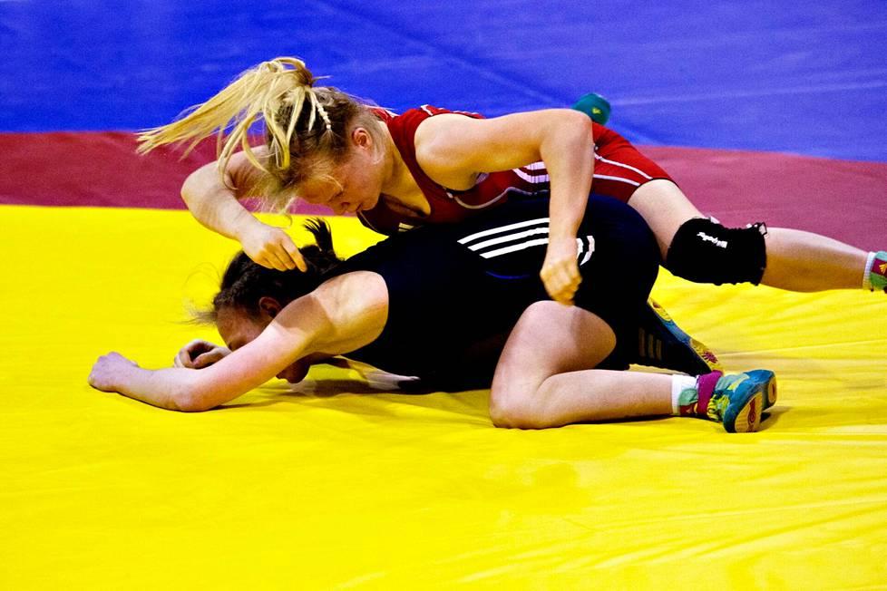 Vuonna 2014 Vantaalla järjestetyissä painin EM-kisoissa 19-vuotias Petra Olli voitti  58-kiloisten sarjassa pronssia. Hän päihitti Saksan Luisa Niemeschin luvuin 5–2.